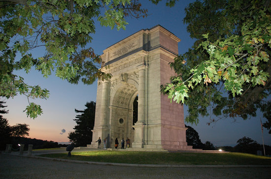 Valley Forge, Pensylwania: The Arch at night