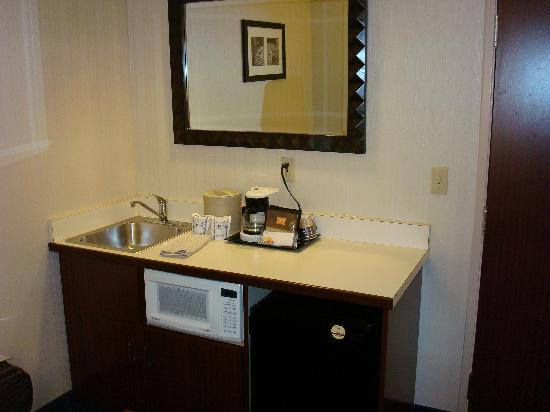 SpringHill Suites St. Louis Chesterfield: Kitchenette Area