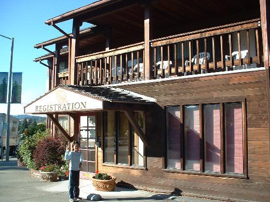 Humboldt Redwoods Inn: Outside the frontdesk
