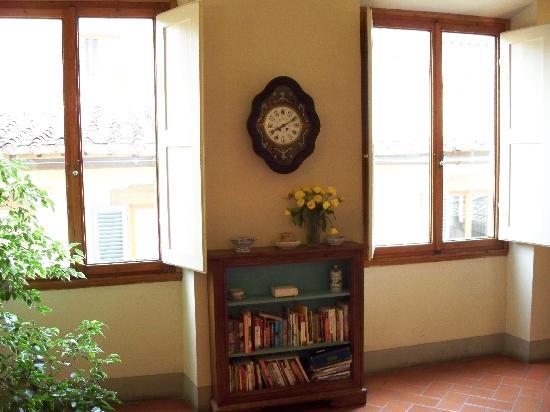 Relais Cavalcanti: Plenty of Useful Travel Books to Borrow