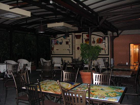 Hotel Dei Consoli: outdoor eating area