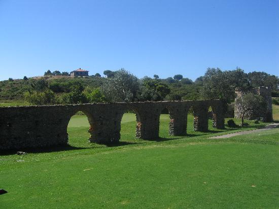 Penha Longa Resort: Old viaduct on golf course