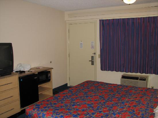 Red Roof Inn Huntington: tv, fridge, and microwave