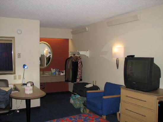 Red Roof Inn Huntington: Vanity area (our clothes won't be in your room)