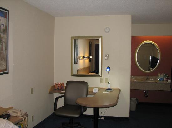 Red Roof Inn Huntington: Desk area