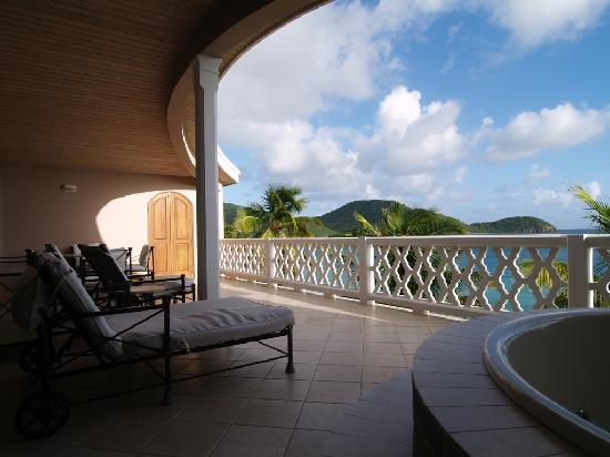 Curtain Bluff Resort : Morris Bay Balcony with Jacuzzi tub