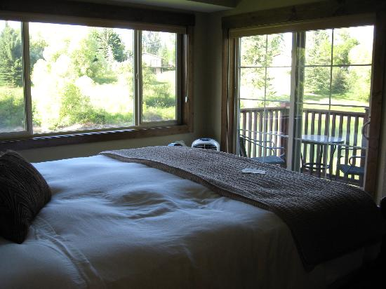 Duck Inn Lodge: Oberlin Room bed and view