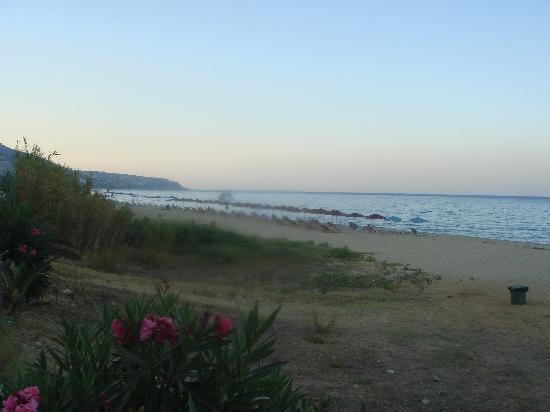 Tara Beach Hotel: Strand