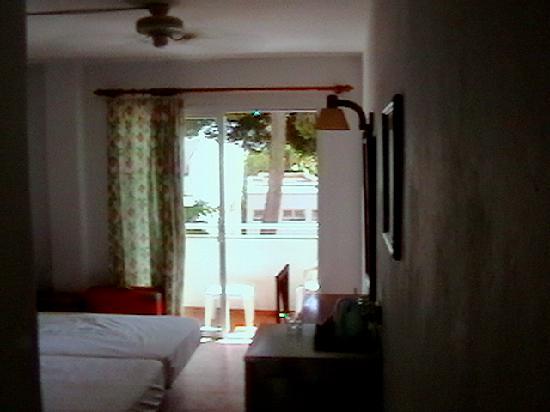 Hostal de la Caravel-la: Room and balcony