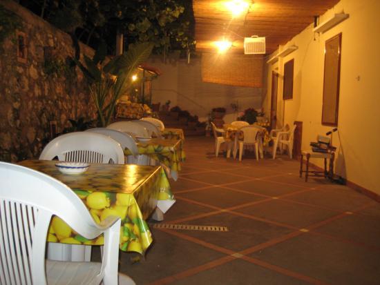 La Musa B&B: Yard and eating area at night 2