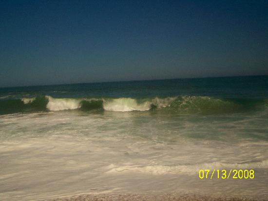 Sand Pebble Motor Lodge: The ocean