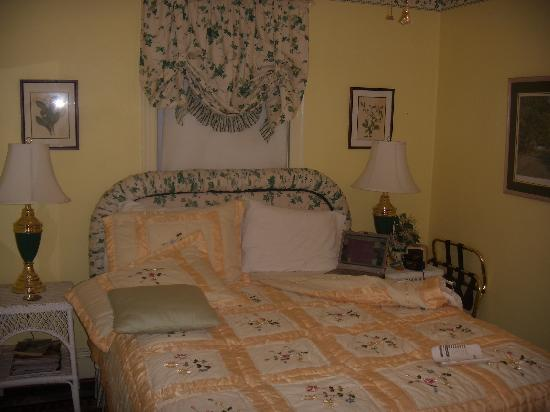 A Bed and Breakfast at Llewellyn Lodge: My cozy room