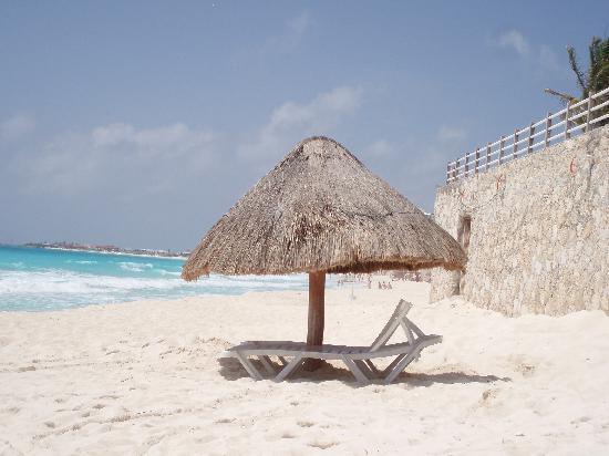 Solymar Cancun Beach Resort: Beach in front of Solymar
