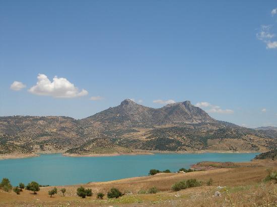 Zahara de la Sierra, สเปน: Panorámica del Pantano con la Sierra de Fondo