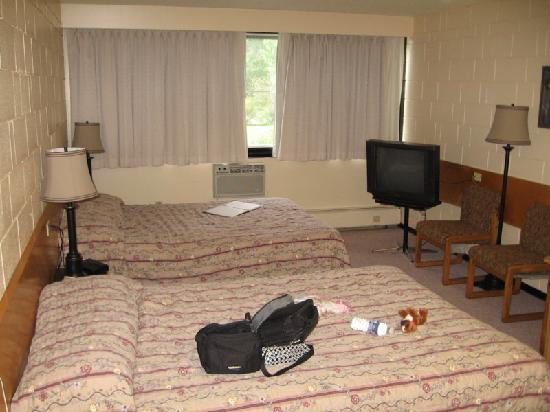 Quality Inn Quesnel: Main room of suite