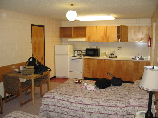 Quality Inn Quesnel: Kitchenette in main room