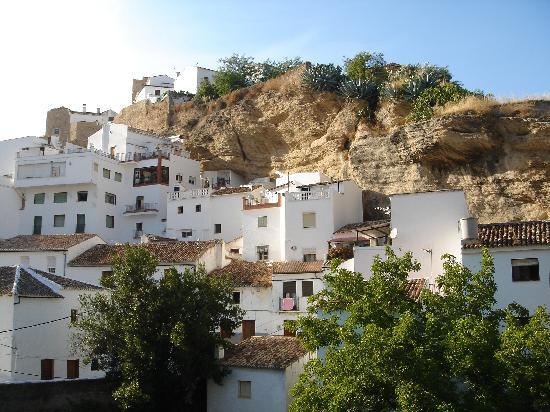 Setenil de las Bodegas, España: Panorámica con la Calle Herreria al fondo