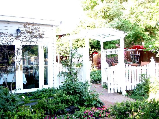 Country House Inns Jacksonville: McCully house garden & patio