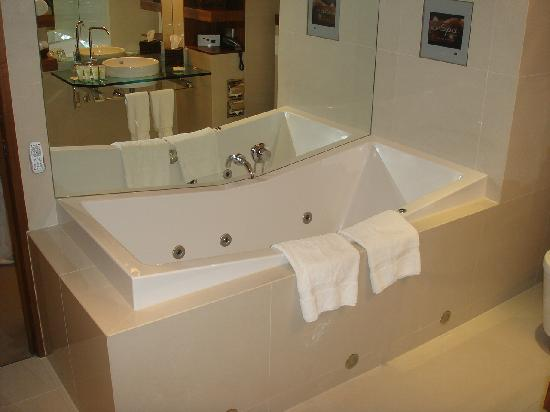 Sofitel Queenstown Hotel & Spa: bath with TV