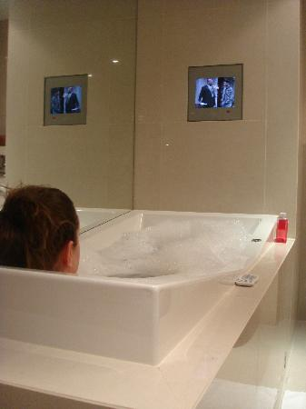 Sofitel Queenstown Hotel & Spa: enjoying the bath!