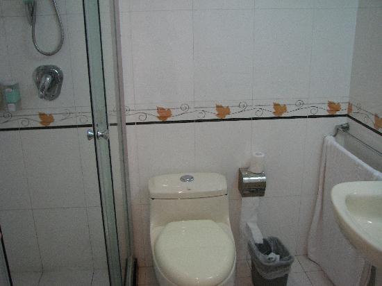 King's Joy Hotel: Bathroom