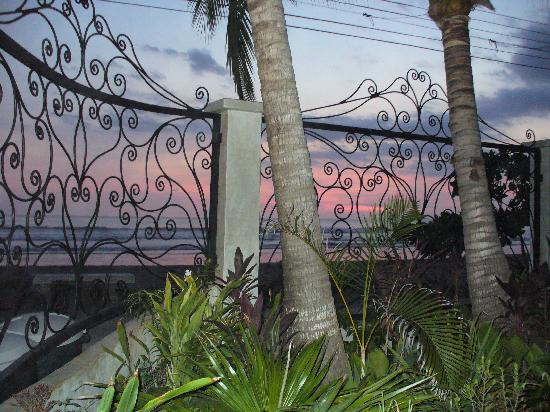 Hotel Catalina: Sunset from the garden patio