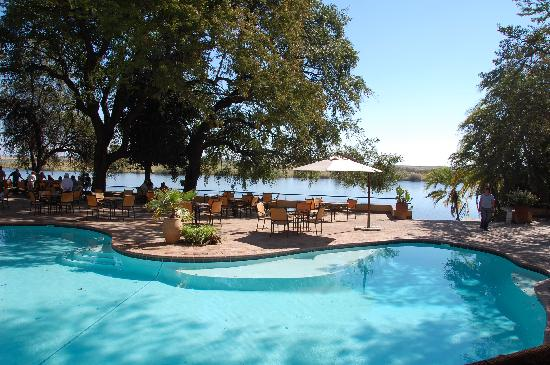 Chobe Safari Lodge: The pool to the Zambezi River.
