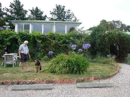 Devonport, Avustralya: David Rabetts with Shana the family dog