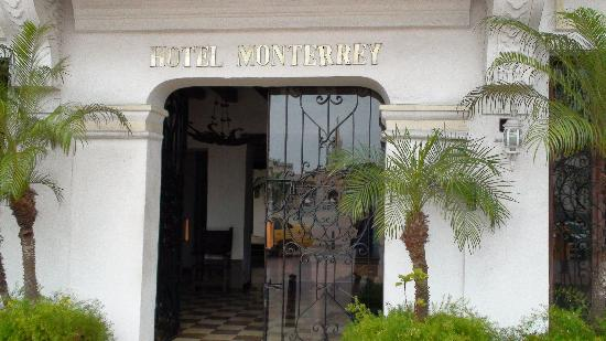 Hotel Monterrey: Entrance to hotel-note reflection of old city.