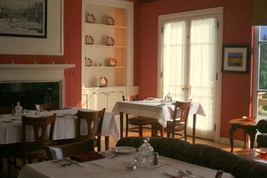 Corner Brook, Canadá: Dinning room with fireplace