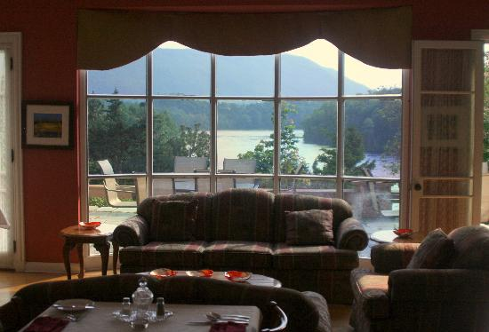 Corner Brook, Canadá: Looking out from Dinning Room - River view