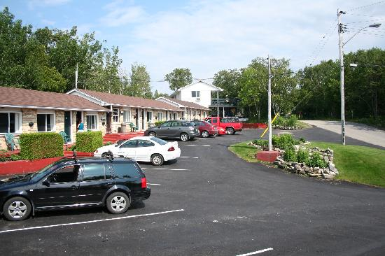 front of the grandview motel - picture of grandview, tobermory