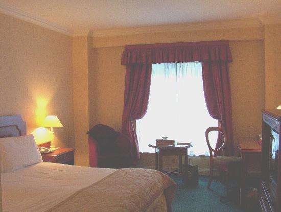 Grafton Capital Hotel: king room