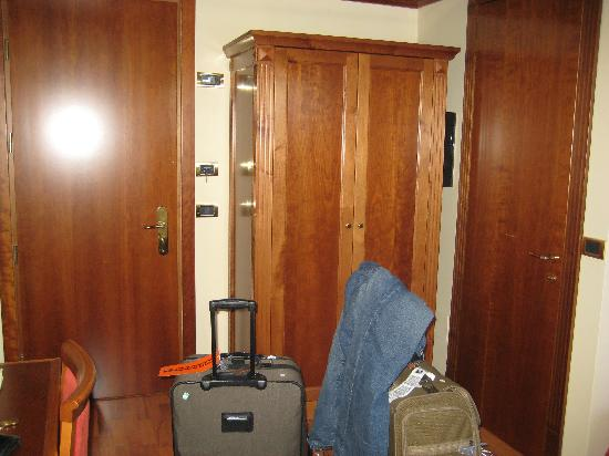 Abacus Hotel: Hotel Abacus - closet and door