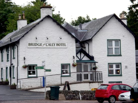 Bridge of Cally, UK: View of the hotel from the road
