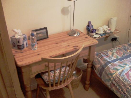 Wendy Wood Bed and Breakfast : Room furniture
