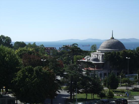 Sultanahmet Hotel : breakfast terrace (left-middle)