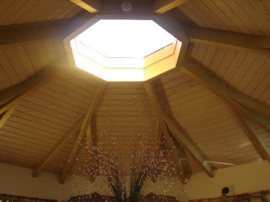 Aloha Cottage: sky light above bed