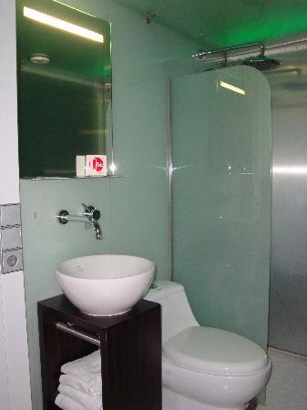 Qbic Hotel Amsterdam WTC: Our bathroom at the QBIC