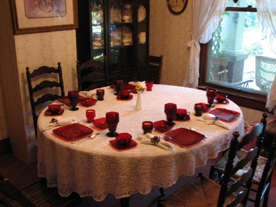 Virginia Rose Bed and Breakfast: Breakfast table is set