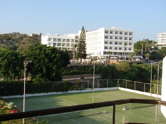 Alion Beach Hotel: Tennis courts