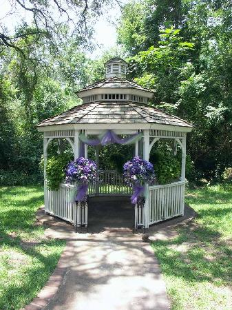 Oakwind Bed and Breakfast: Lovely gazebo