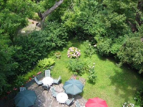 Hotel Park Villa: jardin vu du balcon au 2d étage