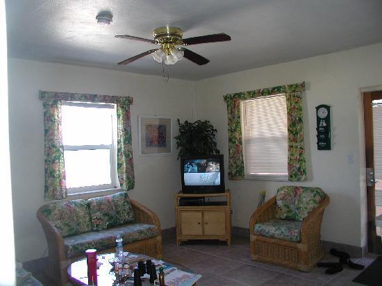Manta Ray Inn: Front room
