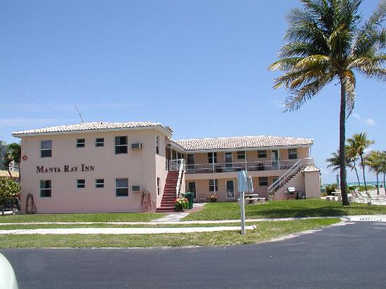 Manta Ray Inn: hotel from parking lot