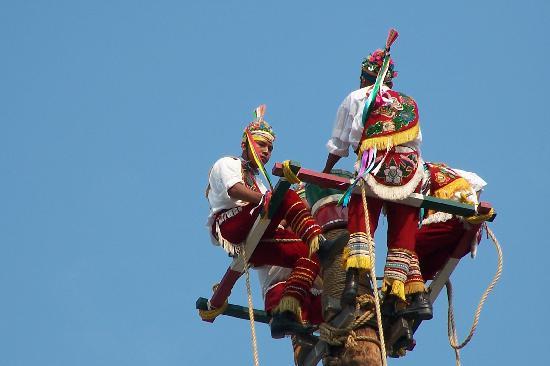 Harrah's Cherokee Casino Resort: Totonac Pole Flyers from Mexico