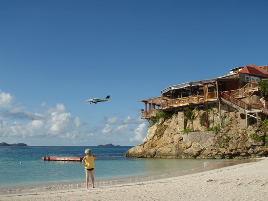 St. Jean, St. Barthelemy: Plane landing over the Rock