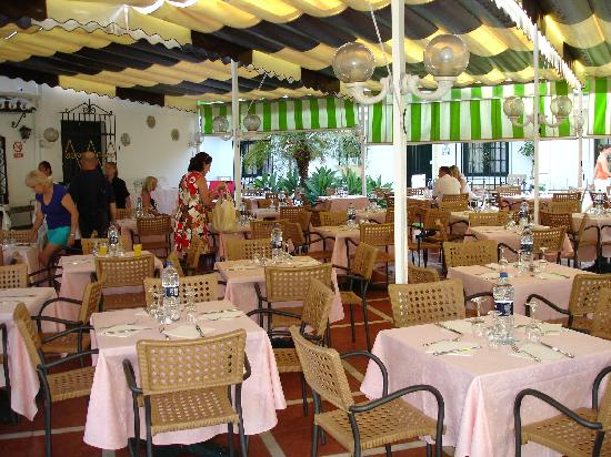 Globales Pueblo Andaluz: Shaded patio dining