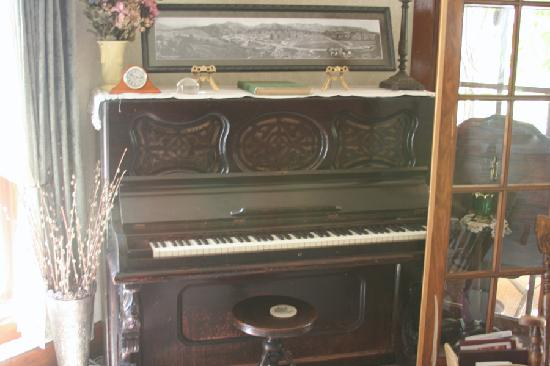Gilded Pine Meadows Bed and Breakfast: Estes' first piano