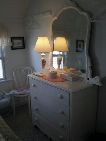The Capricorn House: small mirror and dresser to put your things